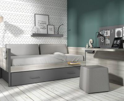 Zimmer mit Schlafsofa, Schreibtisch mit Magnettafel und Klappregalen