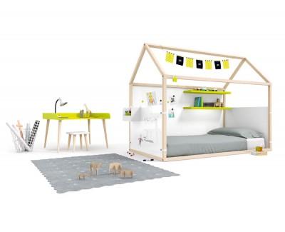 Kinderzimmer bestehend aus beplanktem Kinderhaus mit Regalen