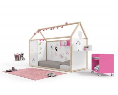 Kinderzimmer bestehend aus beplanktem Kinderhaus  mit Schreibtisch und Regalen