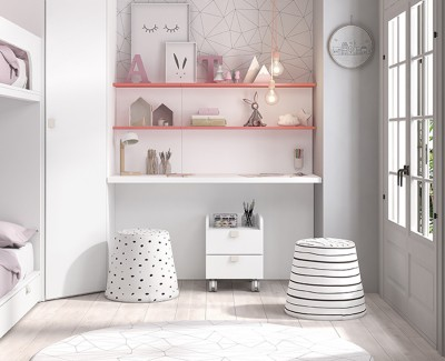 Schreibtisch mit Regalen ausgestattet