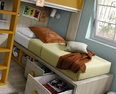 Jugendzimmer bestehend aus Etagenbett und Kleiderschrank mit Flügeltüren