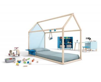 Kinderholzhaus mit Nachttisch